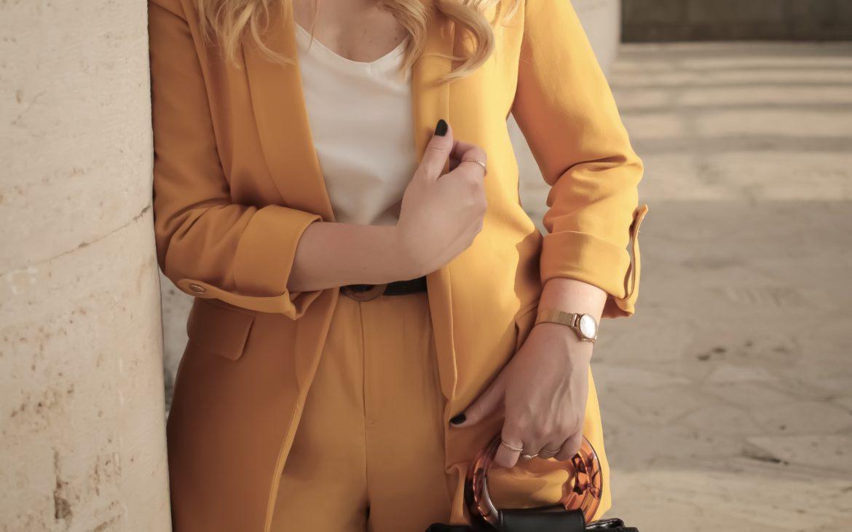 Power suit, il tailleur colorato giacca e pantalone che vorrai quest'estate